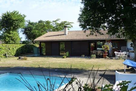 Chambre privée + piscine  à 20 mn de Bordeaux - Beautiran - บ้าน