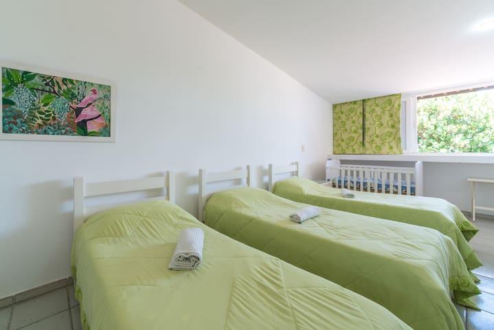 Nesse quarto além das camas também temos um berço caso seja necessário para os pequenos.