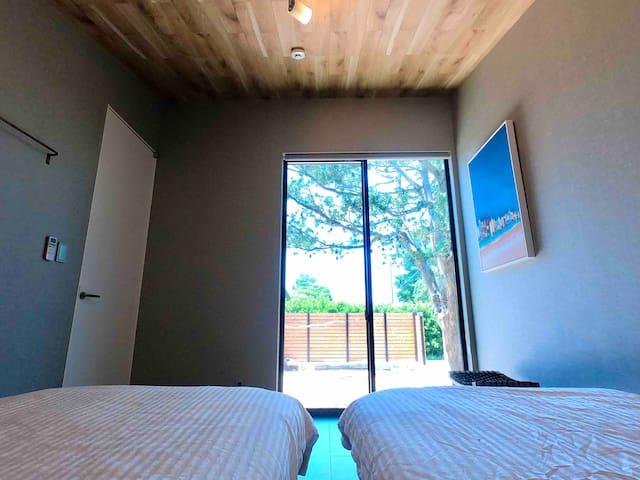 寝室1は、庭に面した大きな窓があります