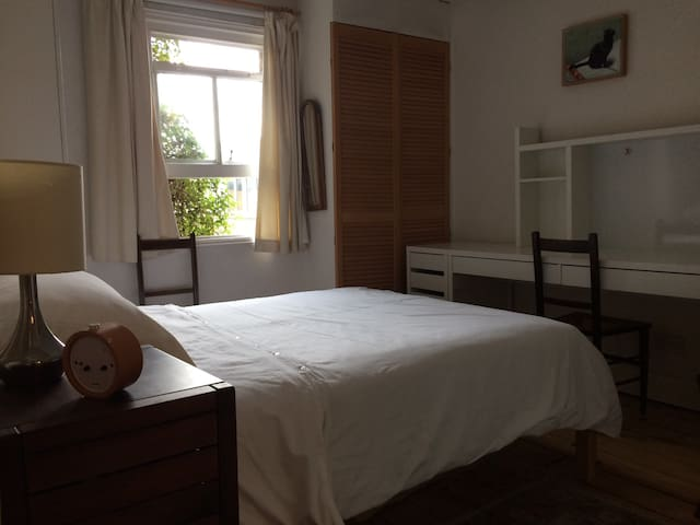 Comfortable room Vauxhall close to town