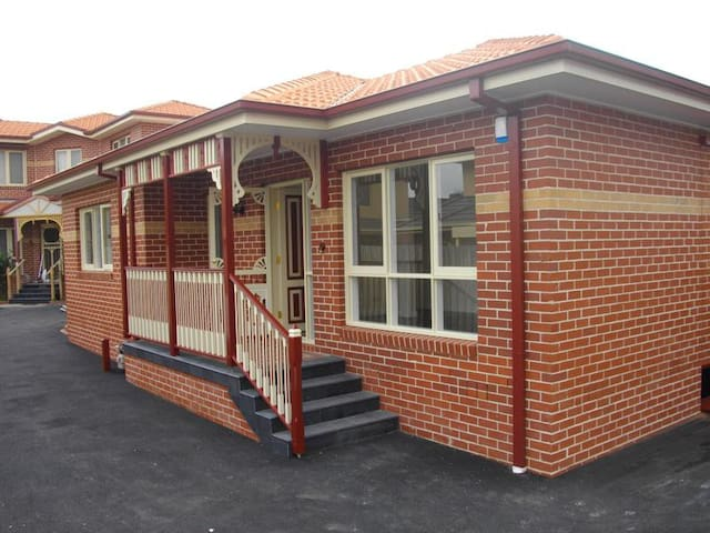 One bedroom for rent - access to all amenities - Heidelberg Heights