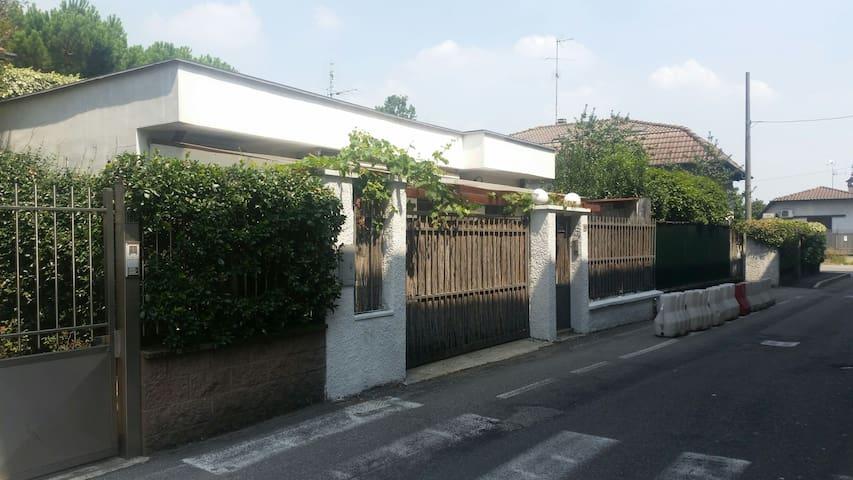 Villa viola a due passi dal polo fieristico.