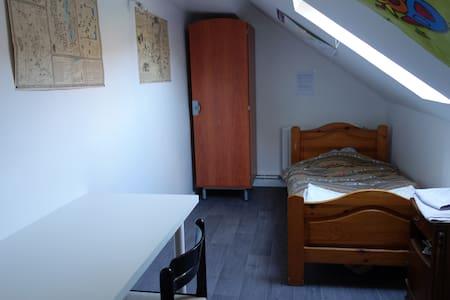 Petite chambre mansardée pour une personne - Nevers - Huoneisto
