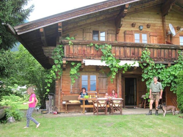 Schöne Terrasse mit Möglichkeit zum Grillen, uriger Holzbrunnen und wunderschöne Aussicht.