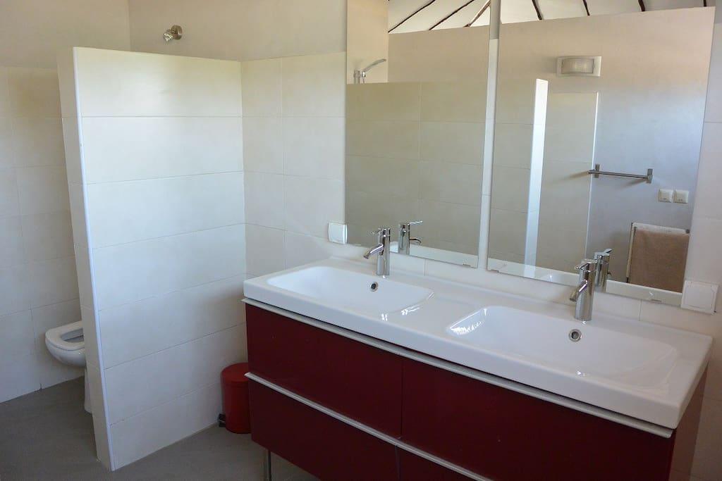 4 salle de bain avec douche et toilette et double évier