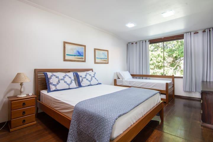 Suite 2 - 1 cama queen size + 2 camas solteiro