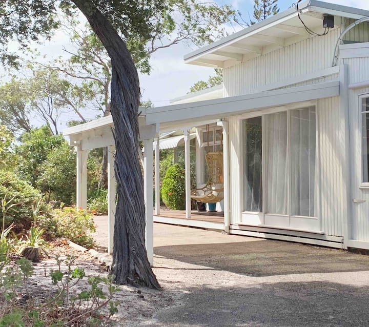 Beautiful Character Cottage 600m to the Beach