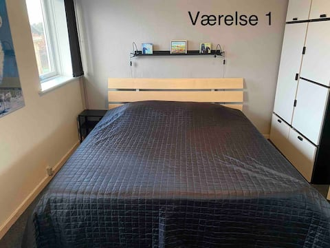 1. Stort lyst værelse med plads til 2 personer.