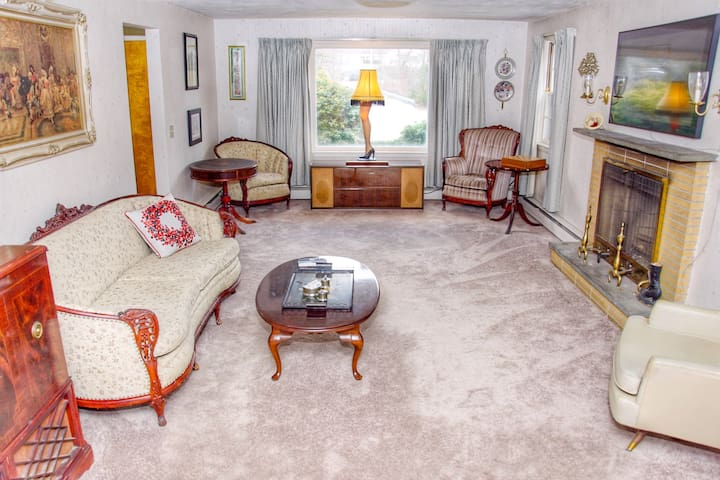 Charming Vintage 3B Home - 5 miles to PVD airport
