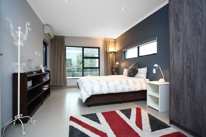 Newly Built Modern 2 BDR 2 Bathroom in Sandton - 桑頓 - 公寓