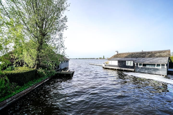Waterfront house with jacuzzi near by Amsterdam