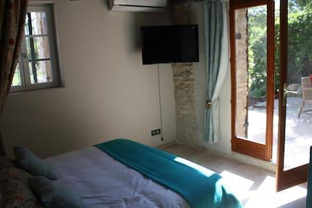 Chambre dhôtes de charme  Turquoise avec Jacuzzi - Cabrières-d'Avignon