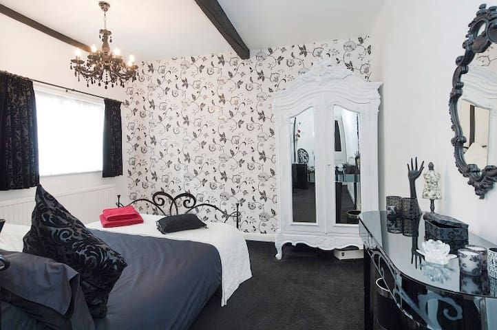 Double en-suite room in luxury boutique home - Chipping Ongar - House