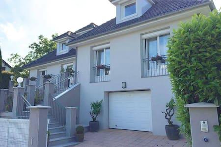 2 Chambres EURO 2016 St-Etienne-Villa avec piscine - Villars - Villa