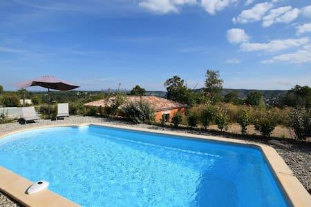 Mooi gelegen villa in Joyeuse met privézwembad