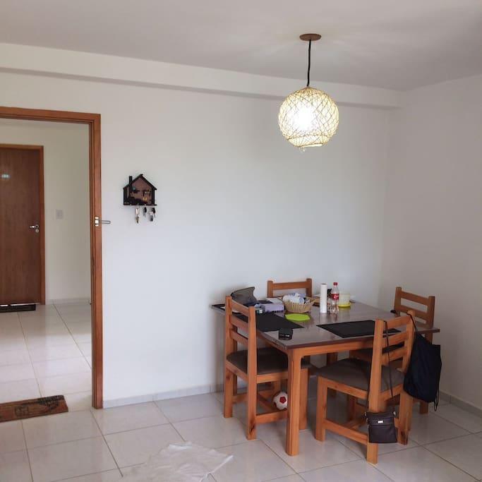 Mesa para refeições e estudo