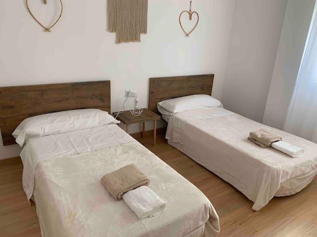 Habitación con dos camas individuales de 90cm.