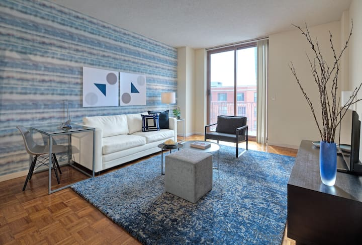 Bright One Bedroom in Hoboken, walk to PATH Train to NYC