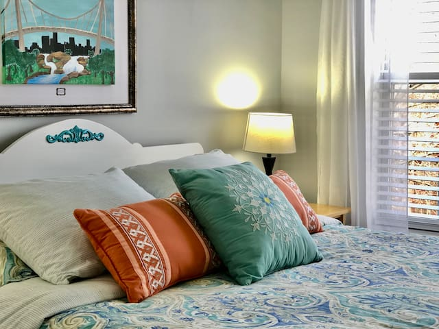 Good Afternoon Room!  Bright & Comfy Queen Room!