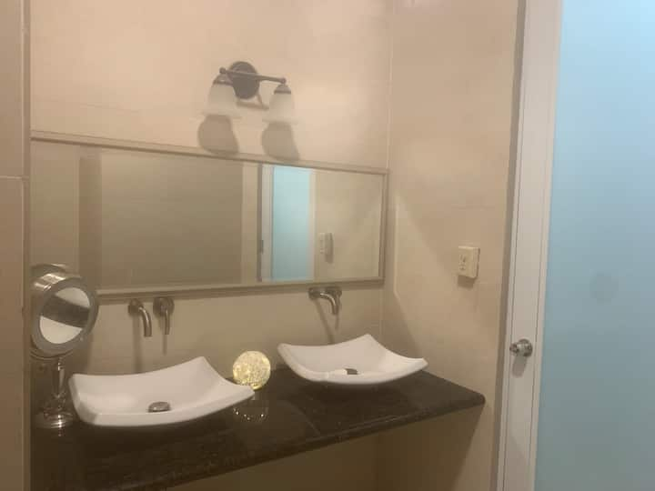 Conveniently located Room in San Juan near airport