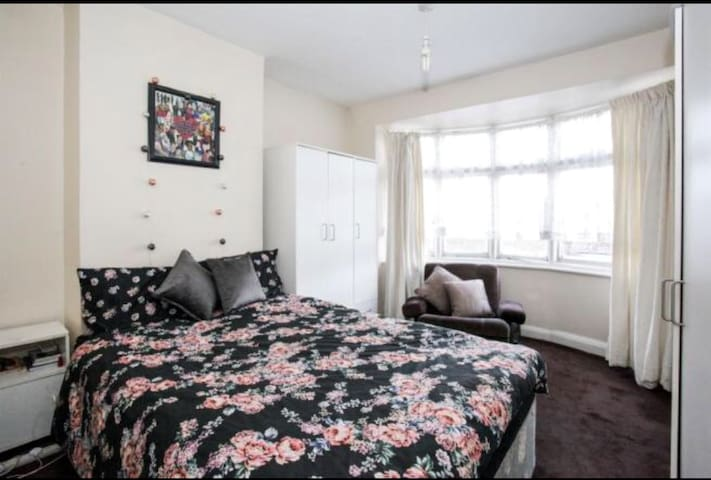 LARGE ROOM CLOSE TO LUTON TOWN CENTRE 2