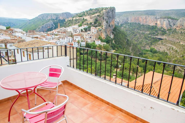 Outstanding views to Chulilla mountains. Apartment La Muela III