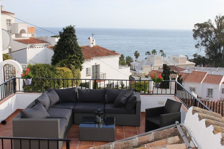 Perfect location 200m to Burriana beach, Nerja - Nerja - Casa