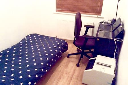 Single bed 5mins from Heathrow with private garden - Feltham - Huis