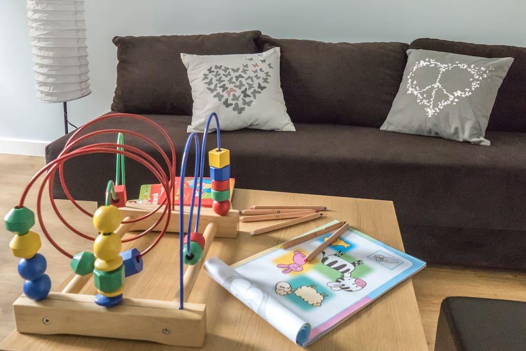Kanapa w salonie, zabawki dla dzieci