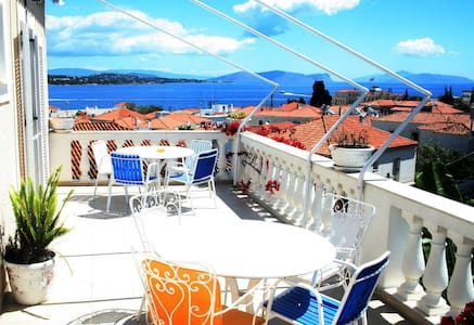 Levante, colours and aromas of Spetses