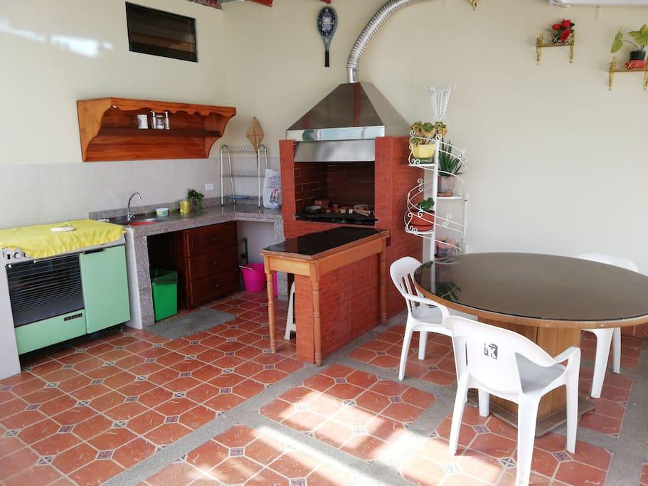 Cocina y Asadero BBQ con su mesa de comedor