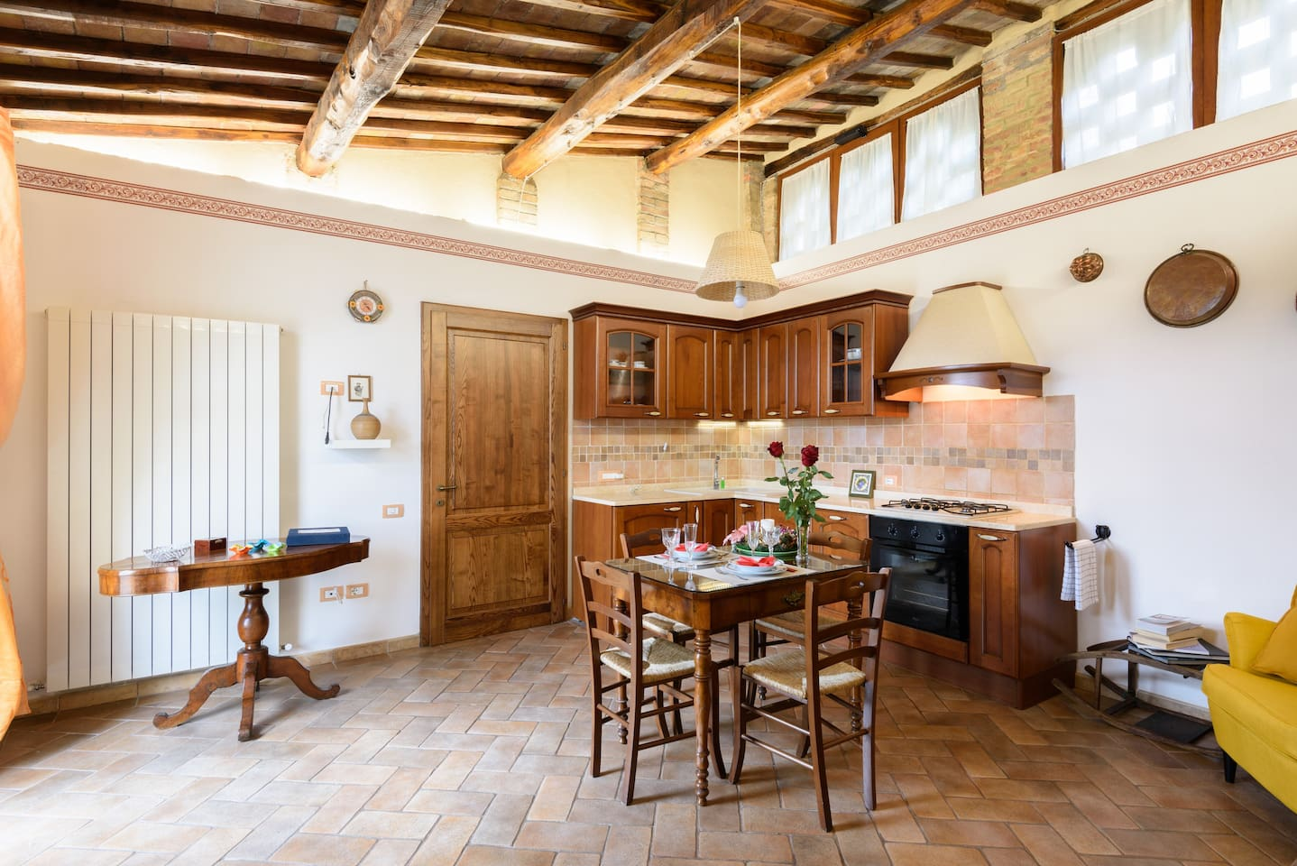 L'ingresso salotto, con angolo cottura attrezzato style country. La cura nei dettagli per la migliore esperienza di qualità. The entrance hall, with a kitchenette equipped country style. Attention to detail for the best quality experience.