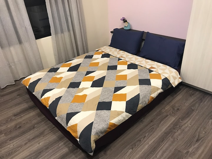A+ room+bed, 1km to HSRT and MRT, cafe+restaurants