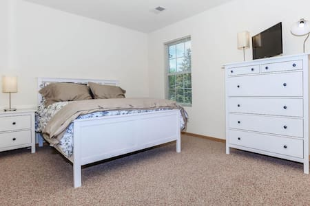 Three bedroom Modern NIU DeKalb Apartment
