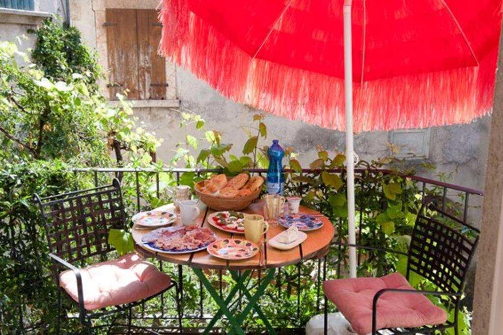 Frühstück auf dem kleinen Balkon