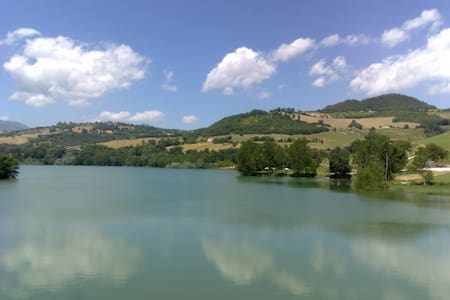 Overlooking beautiful San Ruffino lake - Amandola - Villa