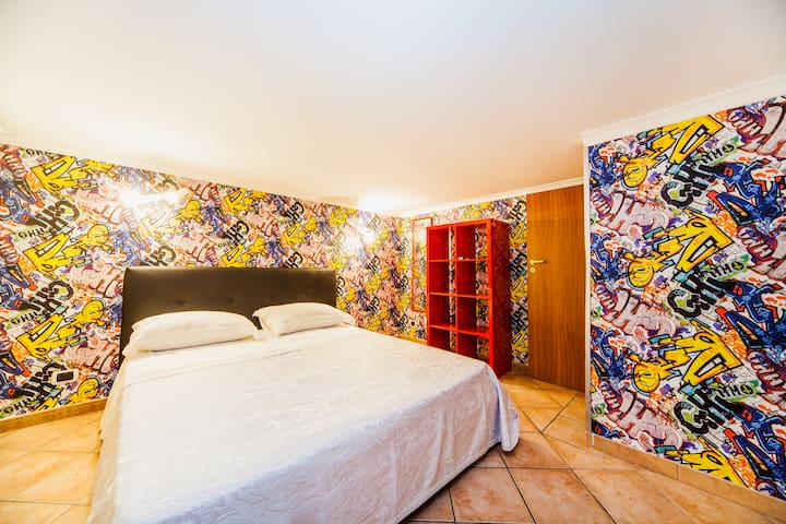 Bedroom with air conditioning graffiti style modern that combines with classic