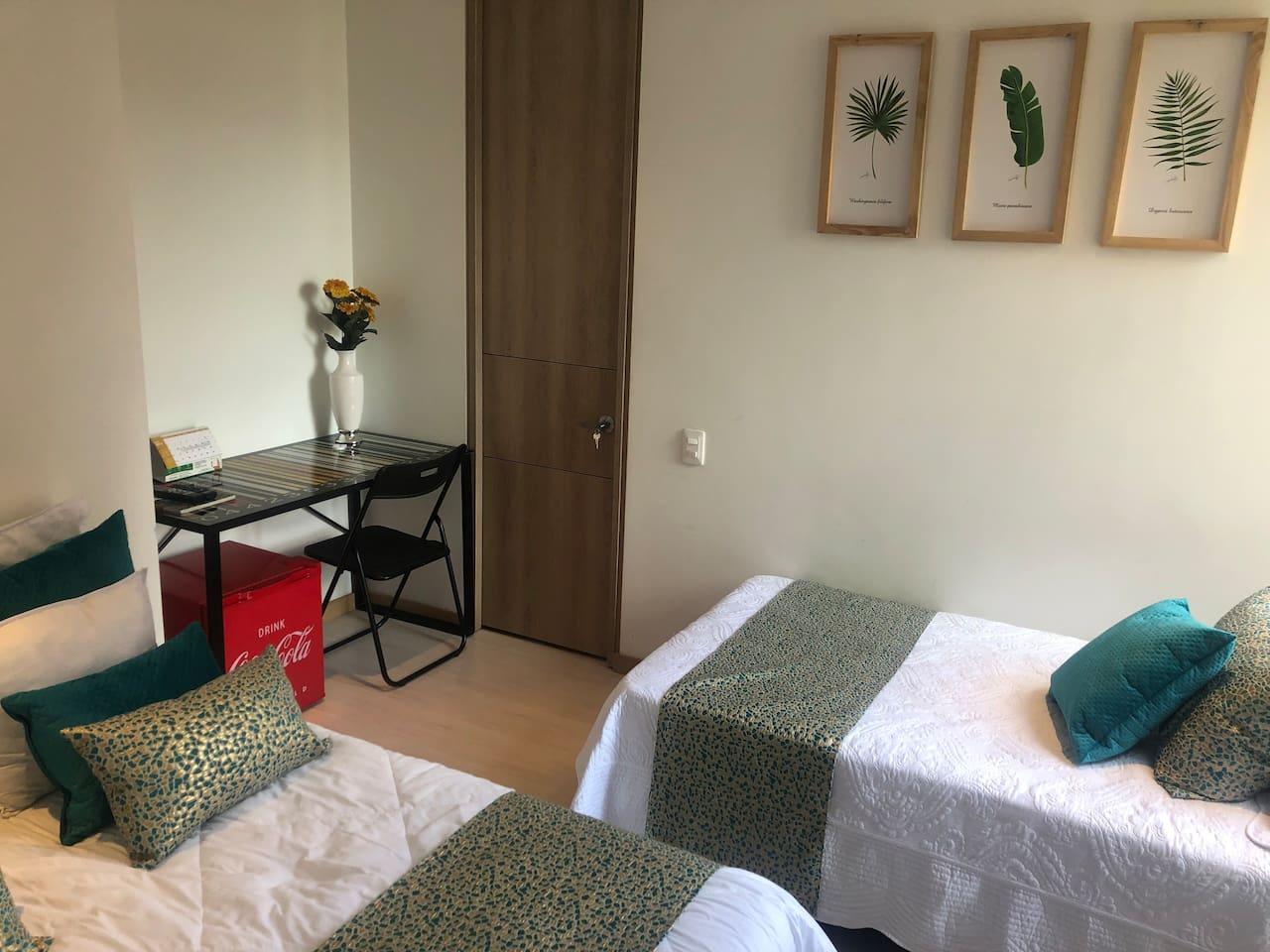 En esta habitación hay dos camas una doble de 1.40 y otra cama sencilla de 1.0 con súper cómodas buena ventilación e impecables