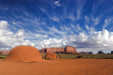Navajo Hogan Accommodation - Oljato-Monument Valley - Casa nella roccia