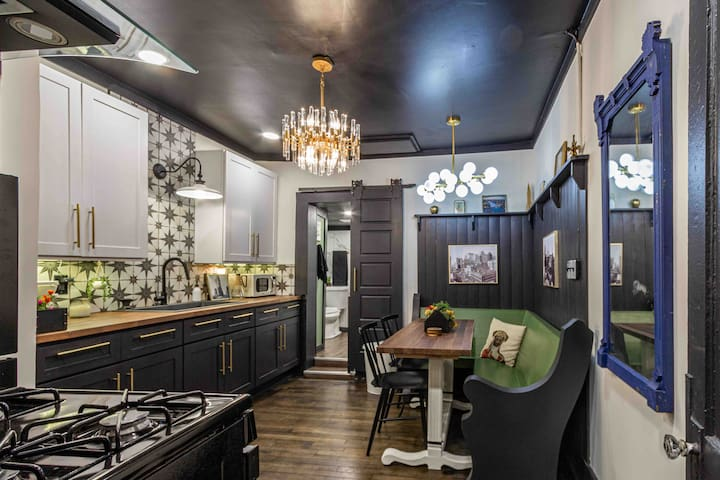 """The Speakeasy Lounge"" Townhome by Downtown Tulsa"