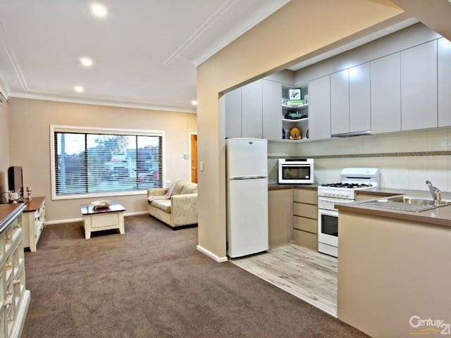 Three Bedroom Entertainers House - Blacktown - Ev