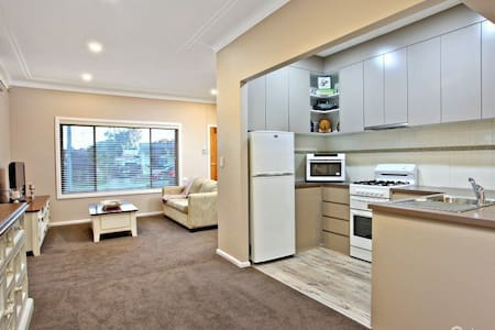 Three Bedroom Entertainers House - Blacktown - Hus