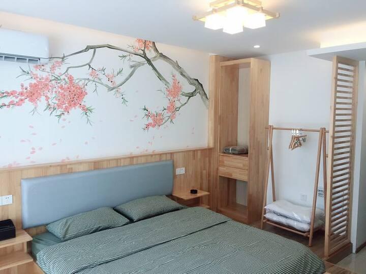 黑金城市民宿(铜锣湾店)日式和风小浪漫落地窗大床房