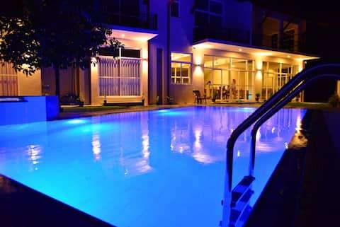 Villa Siri Tropical Retreat with Pool & Jacuzzi
