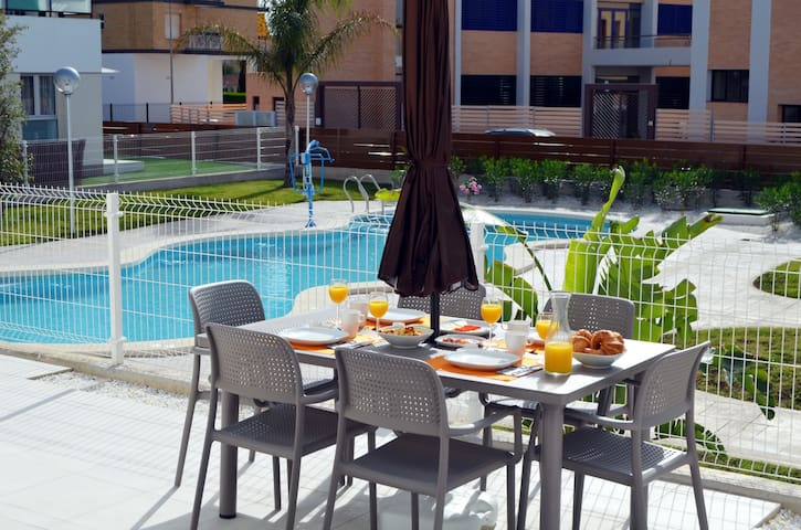 Apt. bajo, patio, vistas a la piscina, wifi gratis