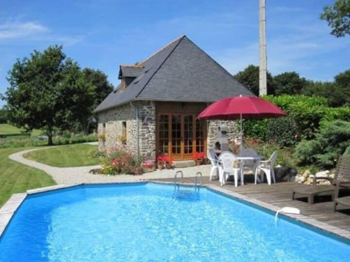 Gite de Jardin, Lac de Guerledan with private pool