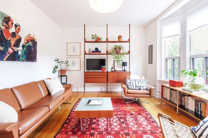 Mid-Century Modern Apartment near Trinity Bellwoods Park