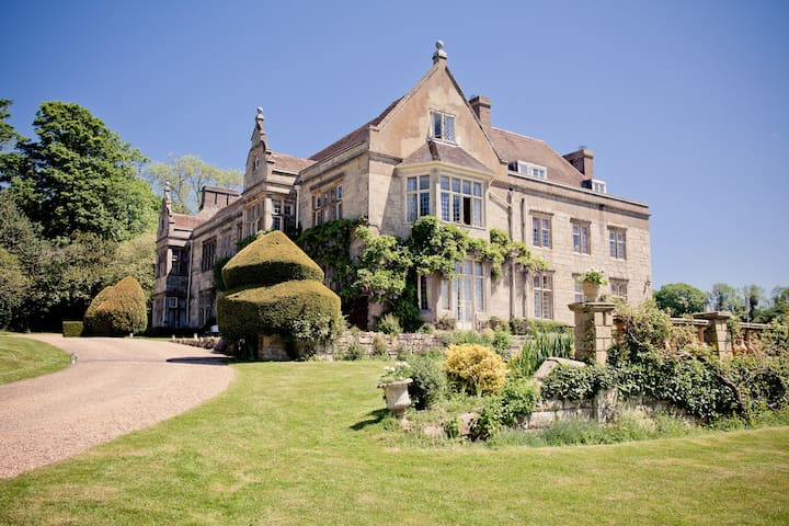 Haremere Hall, a country house just outside London - East Sussex - Huis