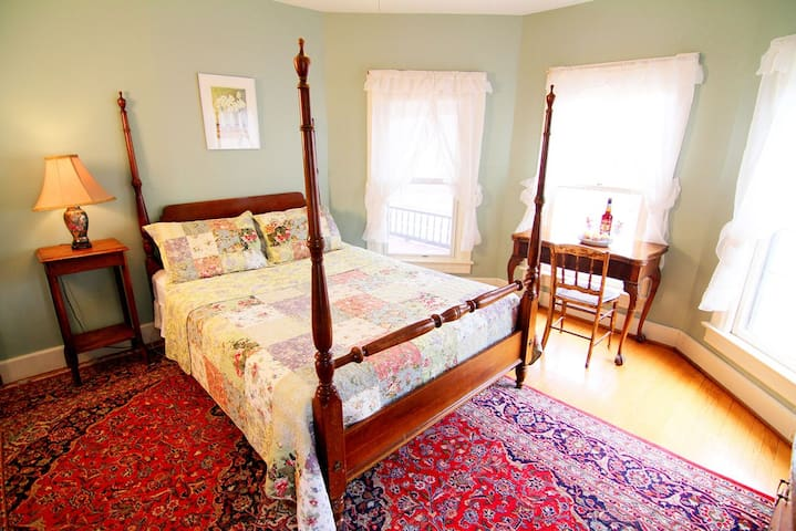 The Phoenicia - Spacious B&B Room w/Shared Bath - Windham - Bed & Breakfast
