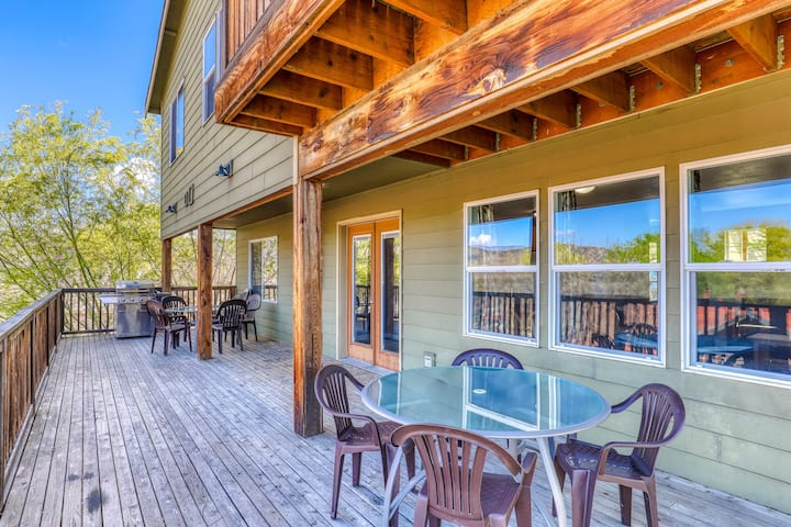 Large dog-friendly villa w/views of Banks Lake, private BBQ and cable
